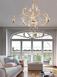 Lampa sufitowa SNAKE dostępna jest w kilku kolorach i sprawdzi się jako dekoracyjne oświetlenie salonu, holu lub sypialni.