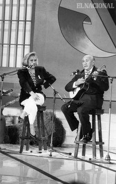 La cantante María Teresa Chacín acompaña al compositor Simón Díaz en una de sus presentaciones. Caracas, 20-05-1995 (ARCHIVO EL NACIONAL)