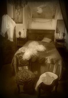 Quando fummo in camera, Olimpia mi accompagnò davanti ad un lavabo e mi ricordai di quello che un giorno ci aveva raccontato il Rosso, dopo la sua prima volta nella casa. Aleggiava tutto intorno un tenue odore di lisoformio.  Mi prese il panico ma non lo diedi a vedere ad Olimpia che invece sembrava serena e sicura del fatto suo.  «Lo fa a tutti» mi consolai e lei procedette, in silenzio...