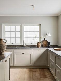 Paint For Kitchen Walls, White Kitchen Cabinets, Painting Kitchen Cabinets, Kitchen Time, Old Kitchen, Glass Kitchen, Log Home Kitchens, Devol Kitchens, Light Grey Kitchens