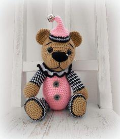 Háčkovaný medvídek - Malá Pierotka ʕ•͡ᴥ•ʔ Háčkovaná malá Pierotka je sběratelský medvídek.. Medvídek obsahuje malé části, knoflíky, rolničku. Použitý materiál : akrylové příze, duté vlákno cca 33 cm