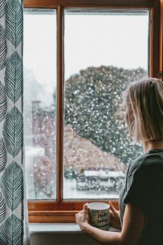 .....nd sich in Geduld üben. Noch ist Winter - auch mit seinen positiven Seiten. Raus an die frische Luft! Was Sie noch tun können, erfahren Sie hier. Winter Images, Winter Pictures, Ville New York, Bishop Auckland, Woman Standing, Slow Living, Frugal Living, Tiny House Design, Photos Of Women