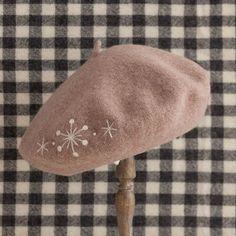 羊毛フェルトで、帽子におしゃれなモチーフをON。/羊毛フェルトのマスコット&雑貨(「はんど&はあと」2013年5月号)