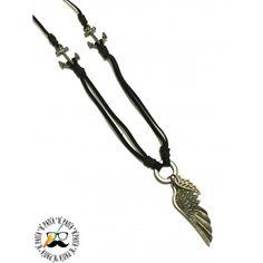 Colar masculino com camurça preta, duas âncora metálicas e duas asas metálicas.