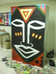 graffiti sobre suporte alternativo (armário de escritório )