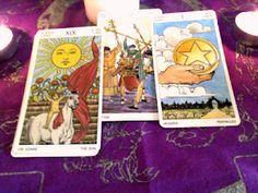Los tres arcanos que te visitan Cáncer son: El Sol, el As de Oros y el 5 de Bastos.