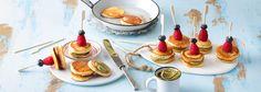 Diese lustigen Mini-Pancake-Pops erinnern an fruchtige Partyhüte und sind zu jedem Anlass gern gesehen. Das REWE Rezept zu den kleinen Pfannkuchen gibt es hier »