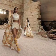 Chanel Resort 2018 Fashion Show: Greek Goddesses Take the Grand Palais - Vogue Chanel Resort, Chanel Cruise, Greek Inspired Fashion, Greek Fashion, High Fashion, Ancient Greece Clothing, Ancient Greece Fashion, Look Fashion, Fashion Show