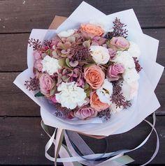 Стильный букет с гортензией, розами, гвоздиками и эвкалиптом