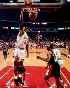 Michael Jordan College, Michael Jordan Photos, Portland Trail Blazers, Jordan Bulls, Jordan 23, Basketball Players, Basketball Court, Nba Playoffs, Chicago Bulls