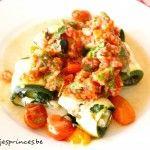 courgetterolletjes met mozzarella, spinazie, olijventapenade en rauwe tomatensaus