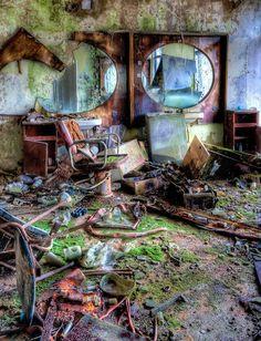 Spooky Abandon Hair Salon! The effects are amazing on this piece! #halloween #hairsalon #abandonedsalon