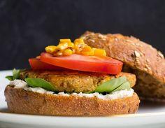 Mmmh! Vegane Quinoa Bohnen Burger mit Mais schmecken lecker, sind sättigend und reich an Proteinen. Ideal für alle Gesundheits- und Fitnessbewusste!
