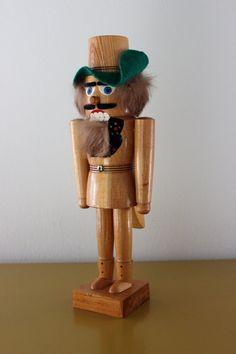 Seltener schöner Vintage Nußknacker aus den 60er Jahren.  Eine imposante Erscheinung, 36 cm hoch. Standfußdurchmesser ca. 8 cm. Aus Holz, liebevoll handbemalt. Noch mit Kaninchenfellhaaren der 60er bis 70er Jahre. Die Figur stammt aus dem Erzgebirge und wurde handbemalt.  Der Nußknacker ist in einem sehr guten Vintage-Zustand. Er stammt aus einem Sammlerhaushalt und ist daher sehr gepflegt.  Eine zauberhafte Weihnachtsdeko zum Shabby Chic Look und Cottage Stil.  Maße: Größe: 36 cm | 14.17…