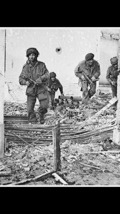 British soldiers advance through Oosterbeek Holland, during Operation Market Garden, 1944 British Armed Forces, British Soldier, British Army, Uk History, World History, Operation Market Garden, Ww2 Pictures, War Photography, Paratrooper