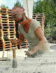 Steen geeft me rust én uitdaging. Ik werk direct in de steen, zonder ontwerp. Steen heeft al spanning van zichzelf. Die weerbarstigheid heb ik nodig.