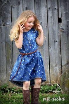 Du möchtest ein zuckersüßes Kleidchen für eine kleine Fashionista nähen? Du möchtest mal was schönes zum anziehen aus Baumwoll-Webware nähen? Dann ist dieser Schnitt genau das Richtige für Dich!... Little Fashionista, Light Denim, Sweet Dress, Little Miss, How To Make, How To Wear, Short Sleeves, Summer Dresses, Fabric