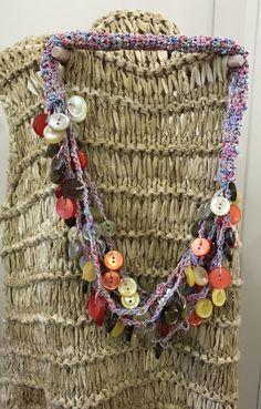 Collana realizzata a crochet con filato fantasia.I semplici bottoni inseriti nella catenella richiamano i colori del filato :Da Blitz Argenta su Facebook