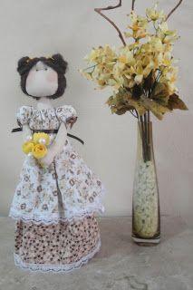 """Produzida artesanalmente a boneca  Ana Luiza foi inspirada na boneca """"Dorita"""" da  linha """"Bonecas Românticas"""" de Millyta  Vergara.   Ana Luiza  é encantadora e ótima opção pra presentear pessoas especiais.  Confeccionada em tecido 100 % algodão esta é uma boneca decorativa com base rígida que a mantem em pé. Confeccionada em tecido 100 % algodão e recheada com algodão siliconado, esta é uma boneca decorativa com base rígida que a mantem em pé."""