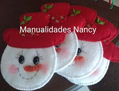 Felt ornaments are simple and inexpensive to make. It's possible, however, start looking for the rest of the table decoration. Felt Christmas Decorations, Christmas Tree Crafts, Felt Christmas Ornaments, Holiday Crafts, Snowman Ornaments, Tree Decorations, Felt Snowman, Diy Snowman, Snowman Tree