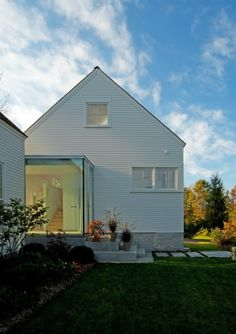 Nice transition to another space . Gibson Lake cottage idea (House on Casco Bay, Maine by Elliott + Elliott Architecture). Modern Cottage, Modern Farmhouse, Modern Country, Interior Exterior, Exterior Design, Exterior Trim, Architecture Details, Modern Architecture, Modern Barn