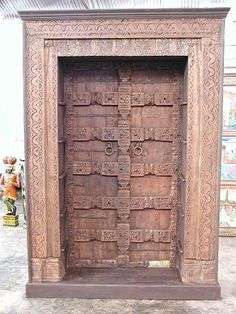 Estanterías de madera con talla y restos de policromía original. Wooden shelves with carving and polychrome remains original.Teak solid wood. L. 130 CM / D. 45 CM / H. 215 CM PVP 1514€ — en India