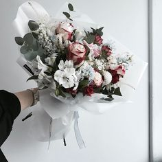 "948 Likes, 2 Comments - 플로리스트 이주연 florist Lee Ju Yeon (@vanessflower) on Instagram: "". . #꽃다발 #핸드타이드 . . 결혼기념일 꽃다발 좋은 선물 되세요 축하드려요  . . #lesson #Order Katalk ID vaness52 클래스상시모집…"""
