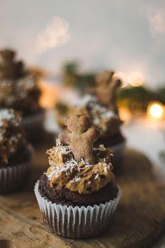 ebkuchen, Kaffee und Muffins vereint in nur einem Dessert? Mit diesen veganen Lebkuchen-Kaffee Cupcakes ist das möglich! Probier doch mal ein Weihnachtsdessert der etwas anderen Art aus. Muffins, Foodblogger, Berry, Cupcakes, Desserts, Vegane Rezepte, Cacao Powder, Healthy Cinnamon Rolls, Kaffee