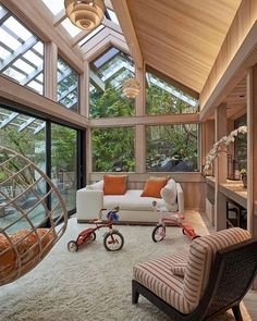 Iluminação natural, quando se tem muita vegetação do lado externo, algo que enriquece o projeto é a escolha de grandes janelas e portas de vidro para manter os ambientes integrados. (Projeto AcStudio Arquitetura)