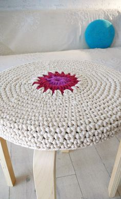 Crochet Stool Cover by lacasadecoto Finger Knitting, Arm Knitting, Yarn Projects, Crochet Projects, Crochet Yarn, Crochet Stitches, Stool Covers, Knit Pillow, Crochet Home Decor