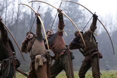The longbowmen, the most powerful English weapon during the Medieval Ages. French can tell it. Medieval Archer, Medieval Life, Medieval Fantasy, Vikings, Battle Of Agincourt, English Longbow, Traditional Archery, Dark Ages, Historical Costume