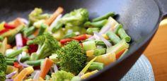 Wer Gewicht verlieren möchte, darf nur Obst und Gemüse essen: Das stimmt zum Glück nicht. Es gibt viele Lebensmittel, die sich zum Abnehmen eignen...