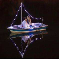 {#ensaionoivos} Bem romântico os noivos no barquinho iluminado!💑  📷Fernando Bronzeado  www.quemcasaquerdicas.com