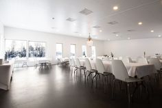 Willa Söder's event venue combines natural light with LED-lights. Willa Söderin tiloissa valaisusta pitävät huolen LED-valaistus ja ikkunoista tuleva luonnovalo.