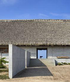 Casa Wabi Bosco Studio House by Tadao Ando riet, beton Vernacular Architecture, Residential Architecture, Landscape Architecture, Interior Architecture, Dezeen Architecture, Tadao Ando, Bungalows, Casa Wabi, Thatched Roof