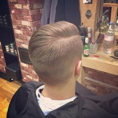 Gents cut by @wallace1h #quiff #taper #sidepart #beer #classic #fade #skinfade #slick #vintage #rockabilly #oldschool #pompadour #barber #barbering #barberlife #barbergang #barbershop #men #beard #beardgang #beardlife #mensstyle #mensfashion #style #fashion #london #eastlondon #hoxton #shoreditch #bucksbarbers ✂️