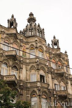 Dicas sobre Budapeste e sua atmosfera toda especial, do cheiro delicioso do Kürtőskalács até as texturas e desenhos dos edifícios, torres e telhados. Linda!