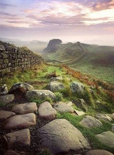 Um belo lugar para sentar, relaxar e contemplar: Outono na Muralha de Adriano, na fronteira entre Inglaterra e Escócia ♔ A lovely place to sit, relax and enjoy: Autumn in Hadrian's Wall, on the border between England and Scotla Oh The Places You'll Go, Places To Travel, Places To Visit, Travel Destinations, Beautiful World, Beautiful Places, Hadrian's Wall, England And Scotland, England Uk