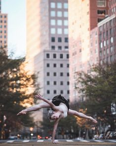 Breathtaking Portraits Of Ballet Dancers Practicing On The Streets Of New York - Photo Shall We Dance, Just Dance, Tumblr Ballet, City Backdrop, Harlem, Dance Poses, Ballet Photography, Street Photography, Street Dance