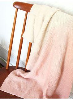Couverture Enfant Woli Rose Sorbet Made In France en coton bio, teintée à la main. Whole. Disponible sur Helo.