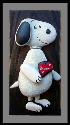 Snoopy in stones Pebble Painting, Pebble Art, Stone Painting, Stone Crafts, Rock Crafts, Arts And Crafts, Pierre Decorative, Painted Rocks, Hand Painted