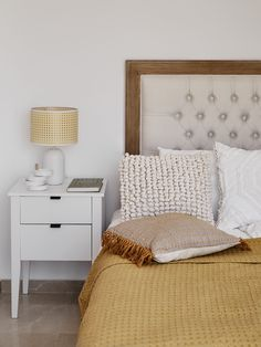 Sypialnia powinna być najprzytulniejszym miejscem w domu! W końcu tutaj właśnie spędzasz około jednej trzeciej dnia. To intymne miejsce, tylko dla Ciebie – warto, żebyś czuł się w niej komfortowo oraz powinna wpływać kojąco na Twój umysł oraz zmysły. Sypialnia Łóżko Puf #Sypialnia #Bedroom #InteriorDesign House Doctor, Pastel Colors, Blanket, Bedroom, Wood, Interior, Modern, Furniture, Home Decor