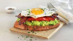 Åpen frokostsandwich med avokado Wrap Sandwiches, Avocado Toast, Breakfast Recipes, Brunch, Bacon, Food, Meal, Essen, Hoods