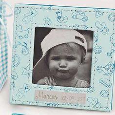 El bautizo de un bebé debe ser un momento mágico que quede representado para siempre. Puedes conseguirlo con un portafotos de bautizo azul.