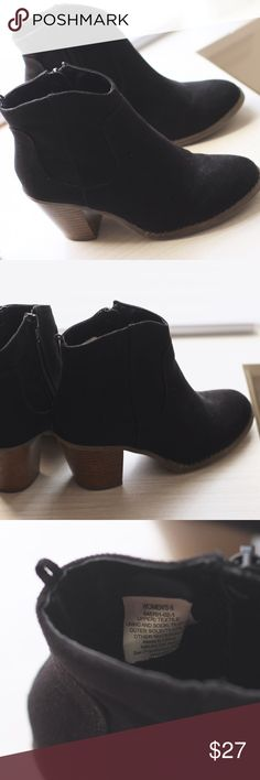 Black Ankle Boots Black ankle boots from Old Navy, Size 6 with zipper on sides Old Navy Shoes Ankle Boots & Booties