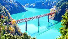 """静岡県にある、知る人ぞ知る""""秘境駅""""が大きな話題になっています。なるほど、確かに写真を見ればそれも納得。この幻想的な光景、なんだか『世界の車窓から』に出てきそうじゃありませんか?エメラルドグリーンの湖に赤い鉄橋が映える!抜群のロケーションを誇る「奥大井湖上駅」は、静岡県榛原郡にある大井川鐵道井川線の駅。長島ダムのダム湖である接岨湖(せっそこ)の上に位置しています。エメラルドグリーンの湖と赤い..."""