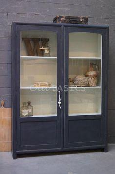 Vitrinekast Isa 10010 (donkergrijs) - Strak vormgegeven vitrinekast in het grijs. De kast is hoog en heeft veel ruimte tussen de schappen. Door de lichte binnenzijde komen tentoongestelde spullen mooi uit.