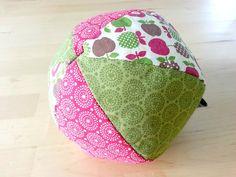 So heute noch eine Kleinigkeit des Babyprojektes. Diesen Ball habe durch Zufall entdeckt und er wirkte so verlockend einfach, dass ich einfach angefangen habe. Und fast so schnell war er fertig. Da…
