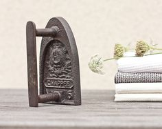 Antique French Sad Iron Chappee Flat Iron Rustic Houseware Home Decor Antique Iron, Vintage Iron, Vintage Love, Retro Vintage, Vintage Laundry, Vintage Kitchen, Vintage Sewing, Iron Board, French Antiques