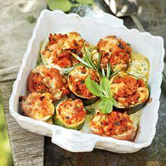 Sonnenreife Gemüse wie Auberginen, Zucchini, Tomaten, Champignons und milde Zwiebeln werden mit einer Gemüsemischung, Sardellen, Semmelbrösel und Parm...